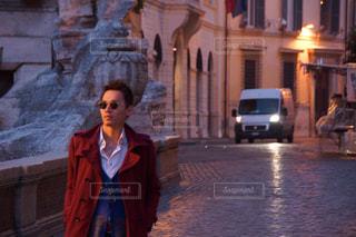 スーツとネクタイは、通りを歩きながら身に着けている男の写真・画像素材[894650]