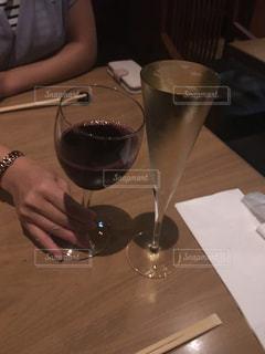 ワイングラスを持つテーブルに着席した人 - No.985237