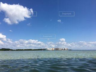 水の体の横に立っている人 - No.985250