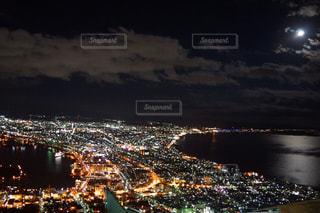 暗闇の中で市と水体の写真・画像素材[1014403]