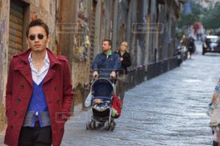 通りを歩く人々 のグループ - No.1017776