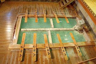 建物の上に座っている木製のベンチの行の写真・画像素材[1196070]