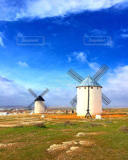 草の覆われたフィールド上に風車の写真・画像素材[1196096]
