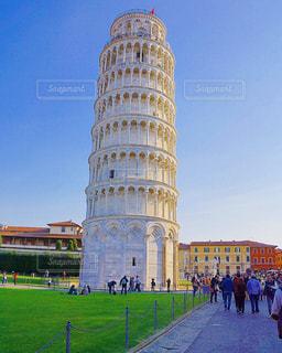 バック グラウンドでピサの斜塔の大型ビルの写真・画像素材[1196116]