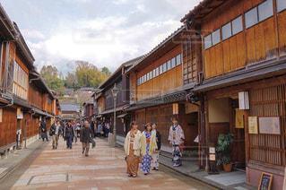 建物の隣に通りを歩く人々 のグループの写真・画像素材[1196118]