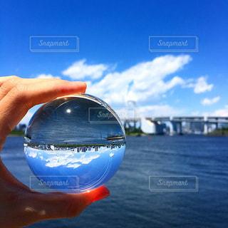 水のガラスを持っている手の写真・画像素材[1196561]