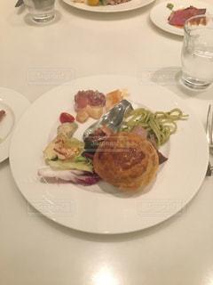 テーブルの上に食べ物のプレートの写真・画像素材[1196967]