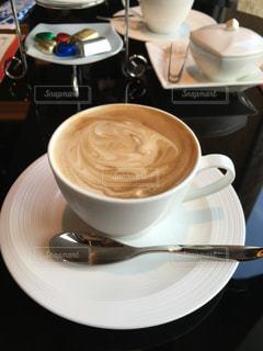 テーブルの上のコーヒー カップの写真・画像素材[1196975]