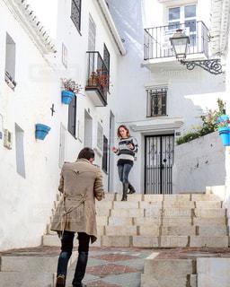 建物の隣に道を歩いている人 - No.1203994