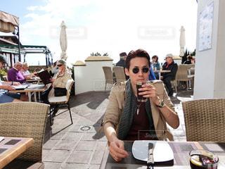 テーブルに着席した人の写真・画像素材[1640480]