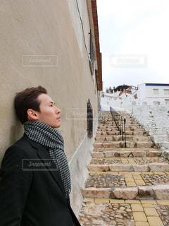 建物の前に立っている人の写真・画像素材[1685631]