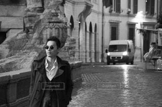 建物の前に立っている男の写真・画像素材[1693885]