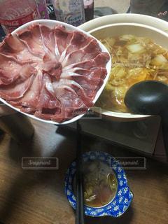 板の上に食べ物のボウルの写真・画像素材[1696509]