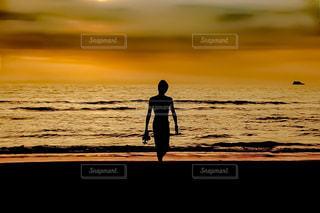 10代,20代,海,屋外,ビーチ,夕暮れ,波,海辺,水面,海岸,男,シルエット,サンセット,若い,鹿児島,失恋,インスタ映え