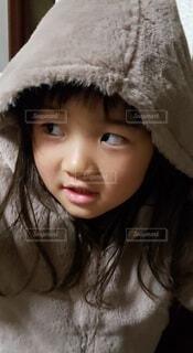コートのフードを被った女の子の写真・画像素材[3939848]