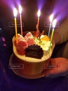 ろうそくに火が付いたバースデーケーキの写真・画像素材[3964763]