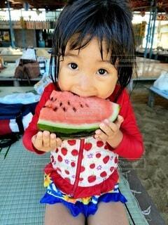スイカを食べる女の子の写真・画像素材[4099149]