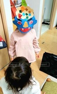 手作りの鬼のお面を被った幼児の写真・画像素材[4116746]