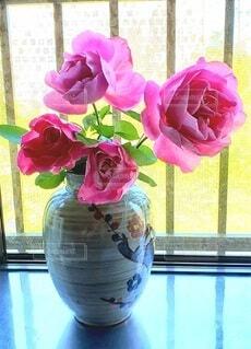 ピンクの薔薇をいけた花瓶の写真・画像素材[4265747]