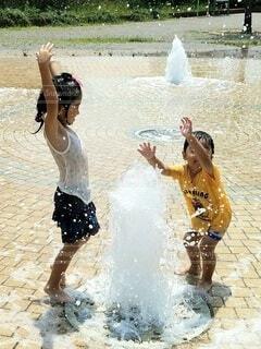 公園の噴水で遊ぶ子ども達の写真・画像素材[4286237]