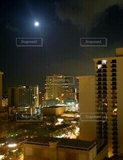 夜の都会のビルと月の写真・画像素材[4839814]