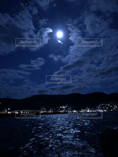 海に浮かぶ月の写真・画像素材[3919956]