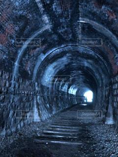 青のトンネルの写真・画像素材[3865579]