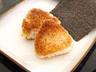 お皿にバター醤油のおにぎり2つの写真・画像素材[3867144]