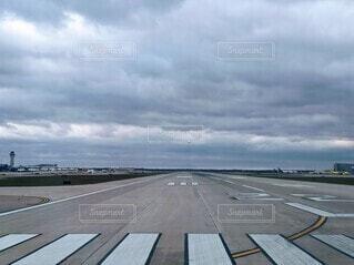 曇り空のデトロイト空港、滑走路に進入しますの写真・画像素材[3905469]
