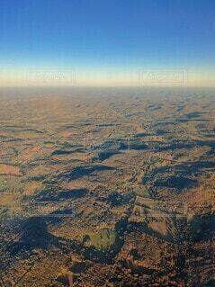 夕日が当たり始めたテネシー州ナッシュビルを上空から青空と共にの写真・画像素材[3905494]