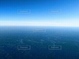 快晴の空と緑の大地、アメリカ中部のクネクネの川の写真・画像素材[3905497]