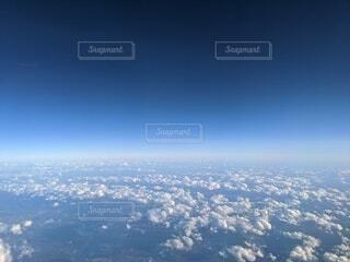 ポップコーン雲が多めで空は濃い青の上空の写真・画像素材[3905498]