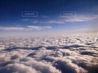 青空のもと、龍神様が雲の合間から出現しているような雲の写真・画像素材[3905526]