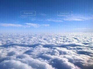 青空に広がる白い海雲の中に、龍神様が現れたような雲模様の写真・画像素材[3905525]