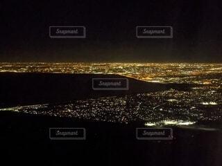 手前と真ん中の黒地はエバーグレーズ国立公園、光の洪水がマイアミ、その向こうは海の写真・画像素材[3905560]