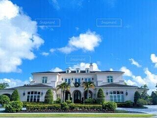 青空の下の豪邸を正面からの写真・画像素材[3916966]