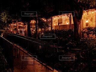 雨上がりの夜、マイアミのレストランの入り口のスロープの写真・画像素材[3920257]