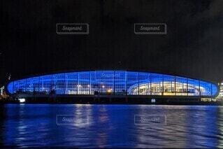 夜のマイアミ、揺れる水面青く浮かび上がる客船ターミナルの写真・画像素材[3922257]