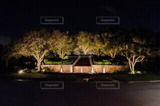 ライトアップされた夜の噴水、オレンジの仕上がり。の写真・画像素材[3922986]