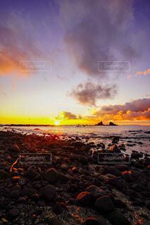 自然,風景,海,空,夕日,太陽,朝日,ビーチ,雲,夕暮れ,水面,パープル,正月,お正月,夕陽,日の出,朝陽,夕景,サンセット,マジックアワー,新年,オレンジの世界,広角の世界,パープルの世界