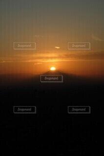 晩秋の空に光るダイヤモンド富士の写真・画像素材[3941999]
