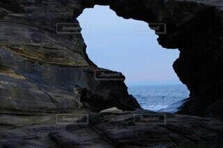 岩場よりのぞいた『馬の背洞門』の向こう側の水平線の写真・画像素材[4007331]