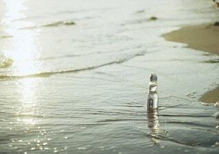 砂浜に置かれたラムネの写真の写真・画像素材[3971991]