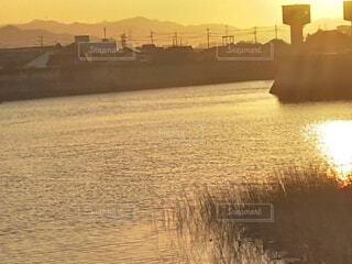 水辺に映る夕日の写真・画像素材[3885352]