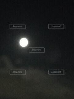 満月の夜の写真・画像素材[3920472]