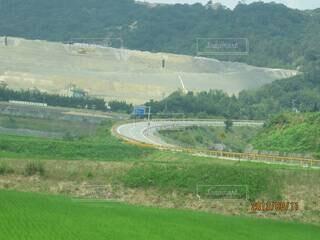 背景に山のある田畑の写真・画像素材[3920693]