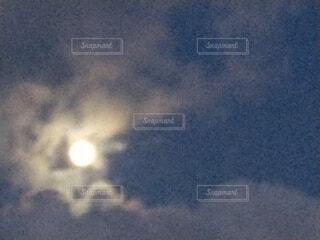 明るい夕方の月の写真・画像素材[3930908]