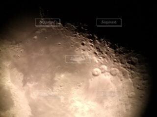 浜辺から月のクレーターの写真・画像素材[3989221]