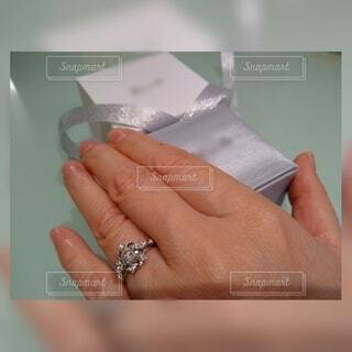 リングをはめた手で箱をあけるの写真・画像素材[4318511]