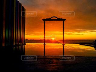 風景,海,空,建物,夕日,屋外,湖,太陽,朝日,ビーチ,雲,夕暮れ,ブランコ,水面,反射,オレンジ,美しい,朝焼け,建造物,正月,桟橋,お正月,台湾,夕陽,リフレクション,日の出,新年,反映,初日の出,海岸線,高雄,対比,対